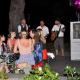 Frauen am Tisch beim Wein trinken mit Band im Hintergrund